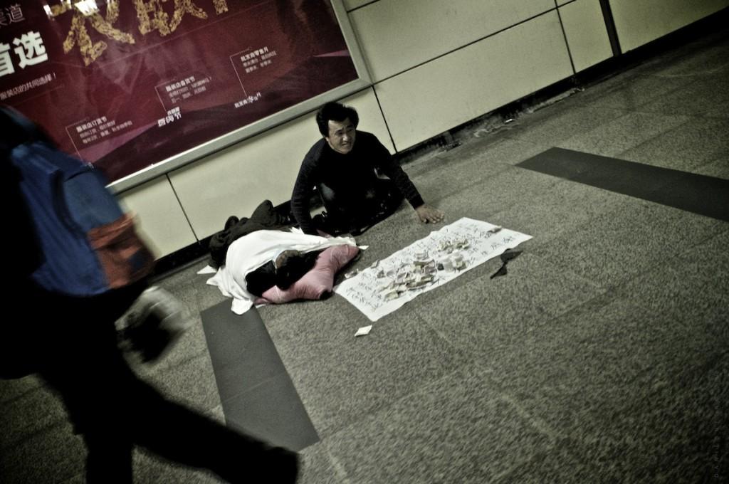 Зачем в метро на эскалаторе щетки