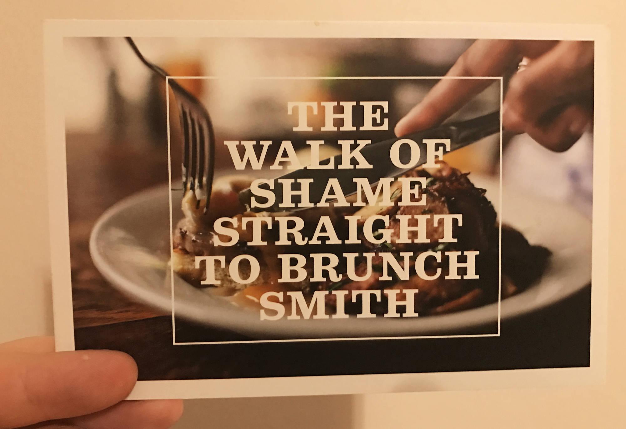 """Местный ресторан Smith, обыгрывая шутку про """"walk of shame"""", приглашает всех приезжих девушек на поздний завтрак."""
